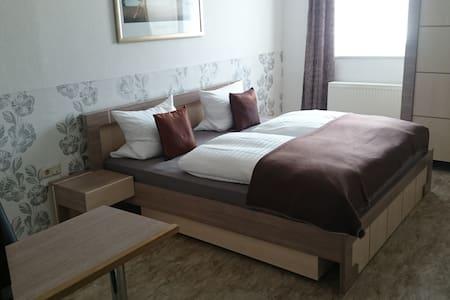 Schönes Zimmer mit Bad, direkt im Zentrum - Bad Homburg vor der Höhe - Lakás szolgáltatásokkal
