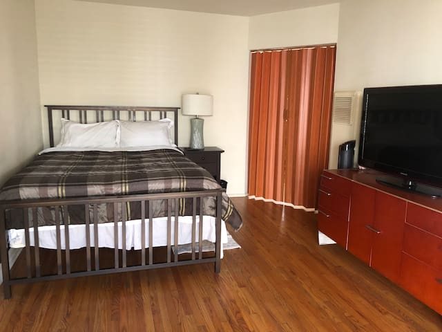 Cozy Private Room Downtown Glendale with Queen bed