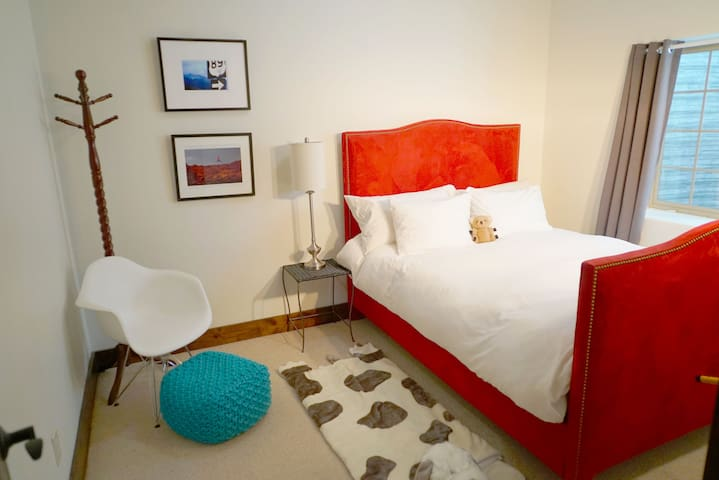Bedroom (queen) - lower level