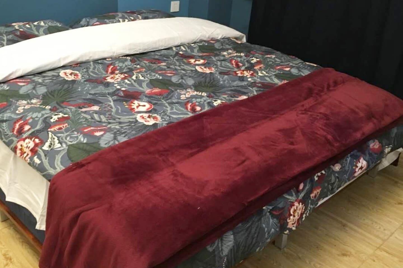 我们保证每一个客人的床品都是更换的干净的。因为是我们自己亲自打扫房间。