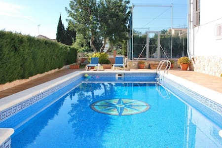 Villa Poesia with fanced pool near the beach - El Vendrell
