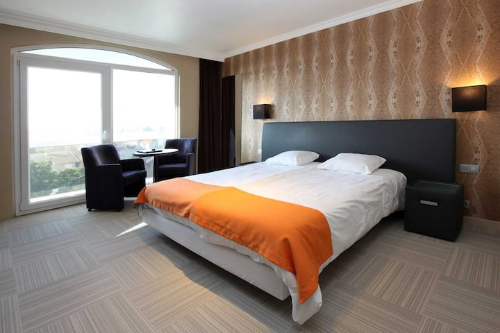 Room for 2 persons in 4-star hotel Donny. Television, Air-conditioning, free WiFi, Bathrobe, en-suite bathroom with shower, hair dryer, Safe, free parking, free access to the wellness