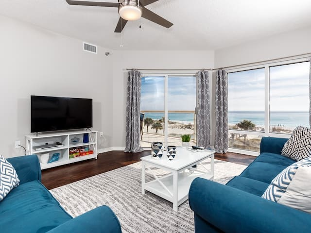 Beautiful Unit Sleeping 7! Great Amenities, Direct Beach Access, Nearby Shopping and Dining!