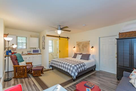 「The Light Suite」距离富兰克林市中心1英里。