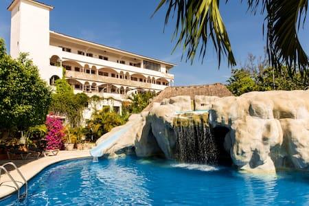 4 BR Splash Villa in Cancún hotel zone sleeps 16