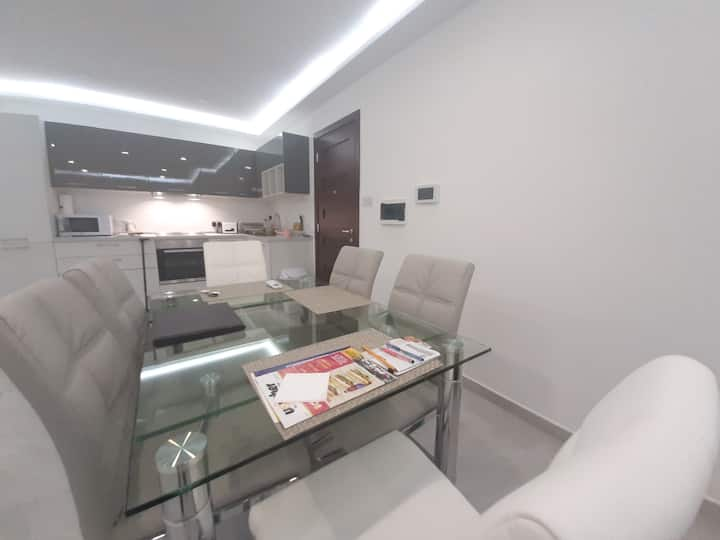 - Luxurious Large & Modern Apartment -