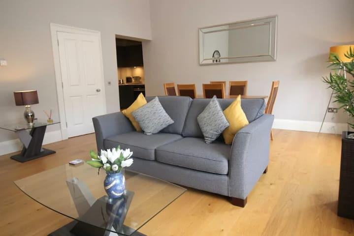 Elegant 1 Bed Apartment in Edinburgh City Centre