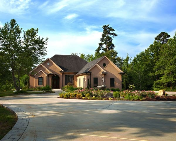 4BD & 3BA Luxury Lakefront Home - Appling - House