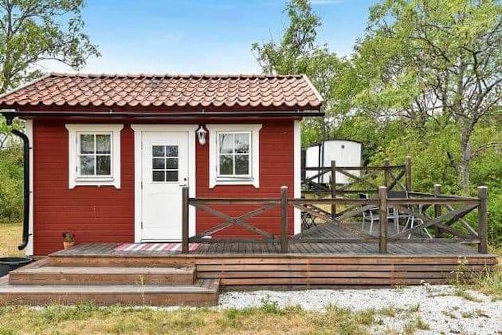 Liten röd stuga i Rute på Norra Gotland