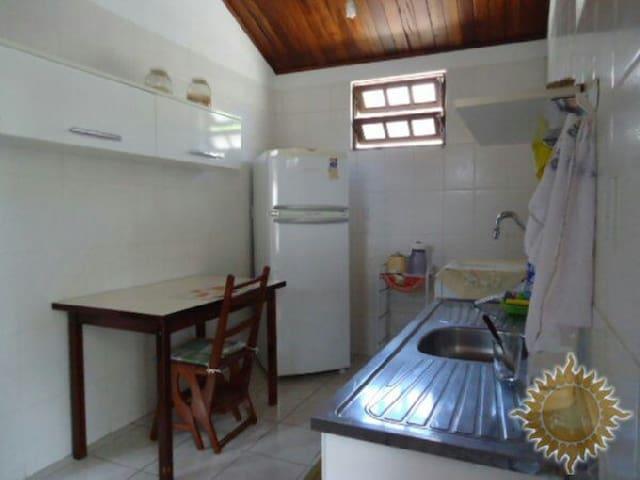 cozinha equipada com fogão, geladeira (com freezer) microondas e todos utensílios