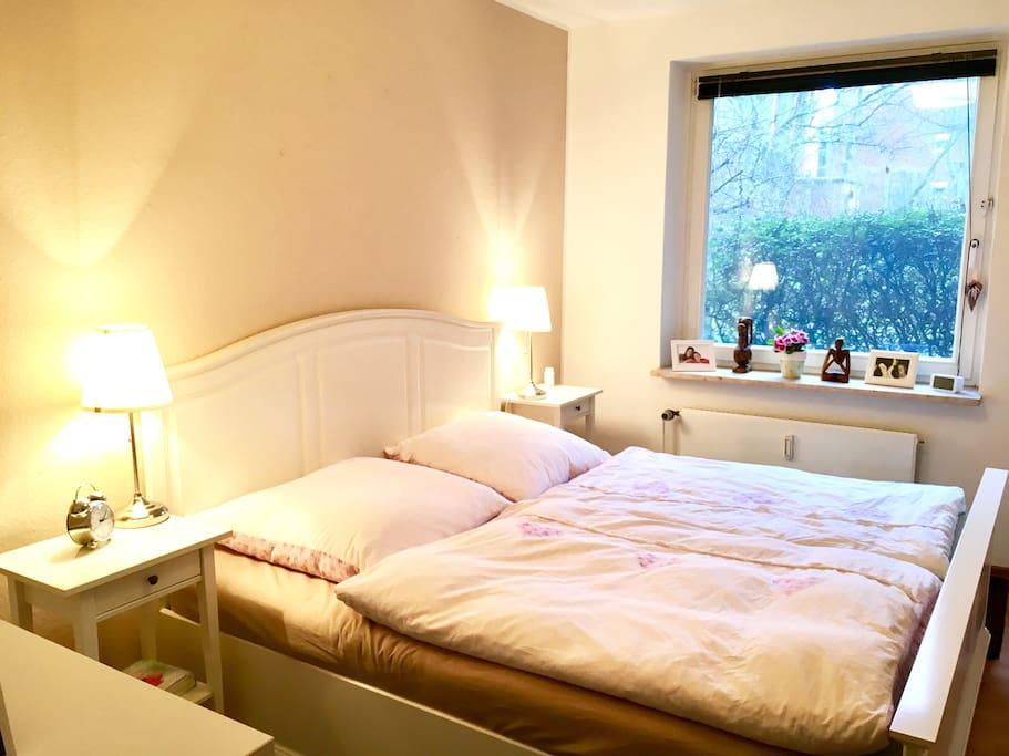 Schlafzimmer mit großem Doppelbett. Ruhig zum Hinterhof gelegen.