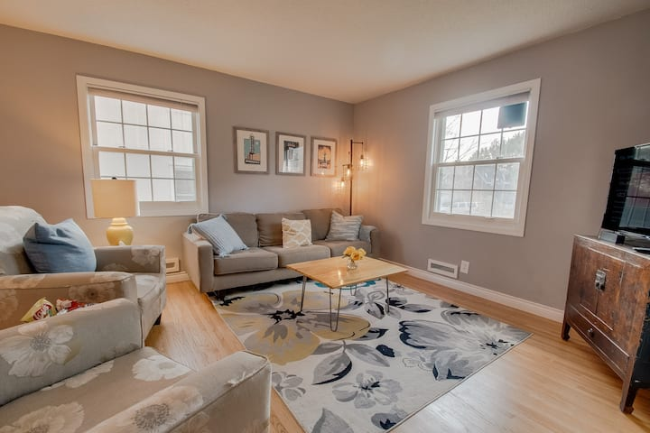 3bd/2bth Stylish Blue door house in Tangletown