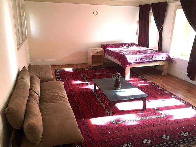 Sunny & Spacious Room with a Beautiful Garden View - Kabul - Konukevi