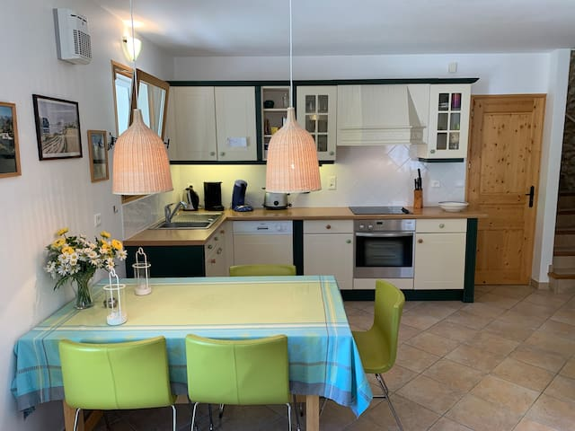 Domaine La Pique, Tournesol, kitchen and dining area