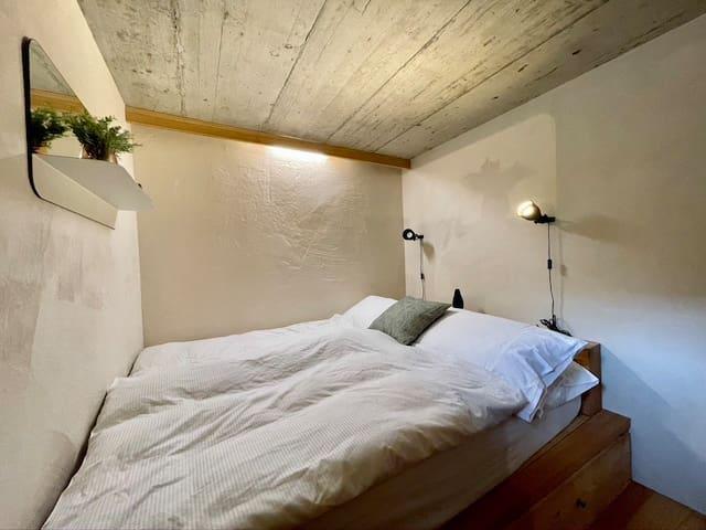 Schlafzimmer mit Doppelbett im UG