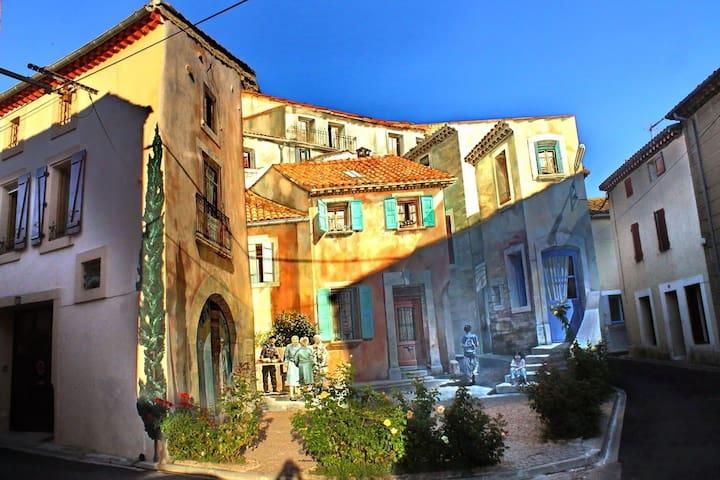 la fresque à Capestang: à voir dans la rue ou dans l'évêché