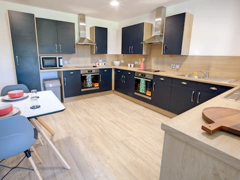Large and Clean Apartment in Aberdeen - perfect for groups