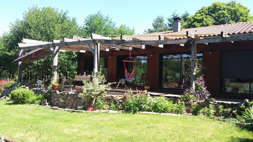 Maison en bois, avec terrasse et grand jardin