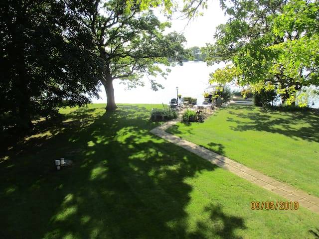 Lake house with 2 bedroom suites for large groups