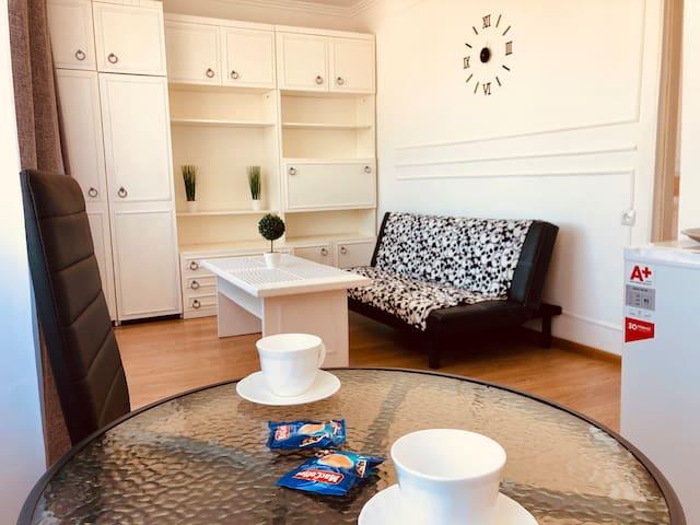 Стильна квартира з окремою спальньою біля парку