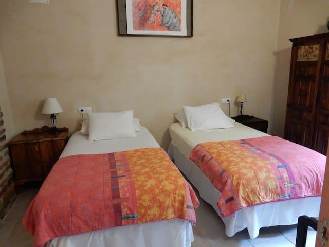 Schlafzimmer mit Doppelbett oder zwei Einzelbetten, komplett mit Bettwäsche, Schrank und Nachttische