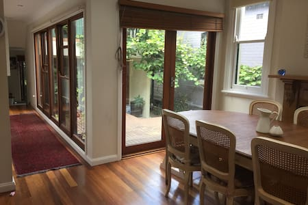 Spacious house in garden oasis in vibrant Newtown - Newtown - Haus