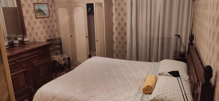 Camera beige e bagno, zona Fermi