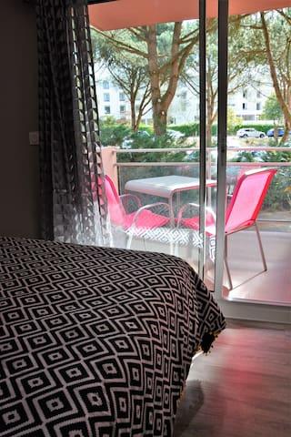 chambre avec lit queen size et balcon