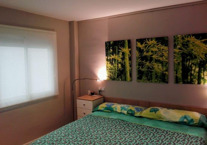 Amplia  habitación, armarios con perxas, y mesitas de noche con cajones, y gran cama articulada totalmente, y por partes, y colchones muy confortables.