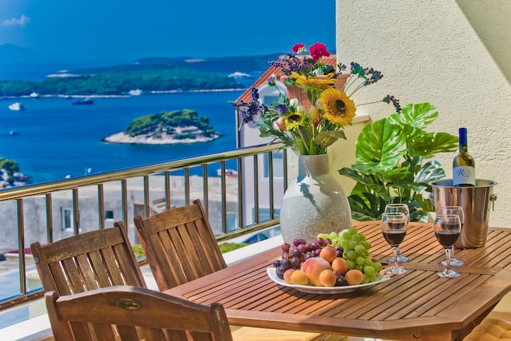 Luxury sea view apartment in villa 6 P Hvar town