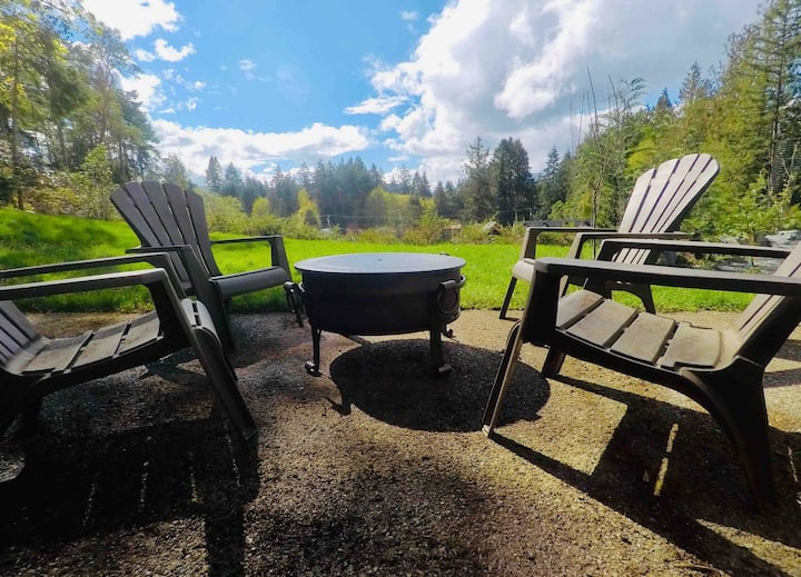Modern Private Guest Suite 10 min walk to the lake