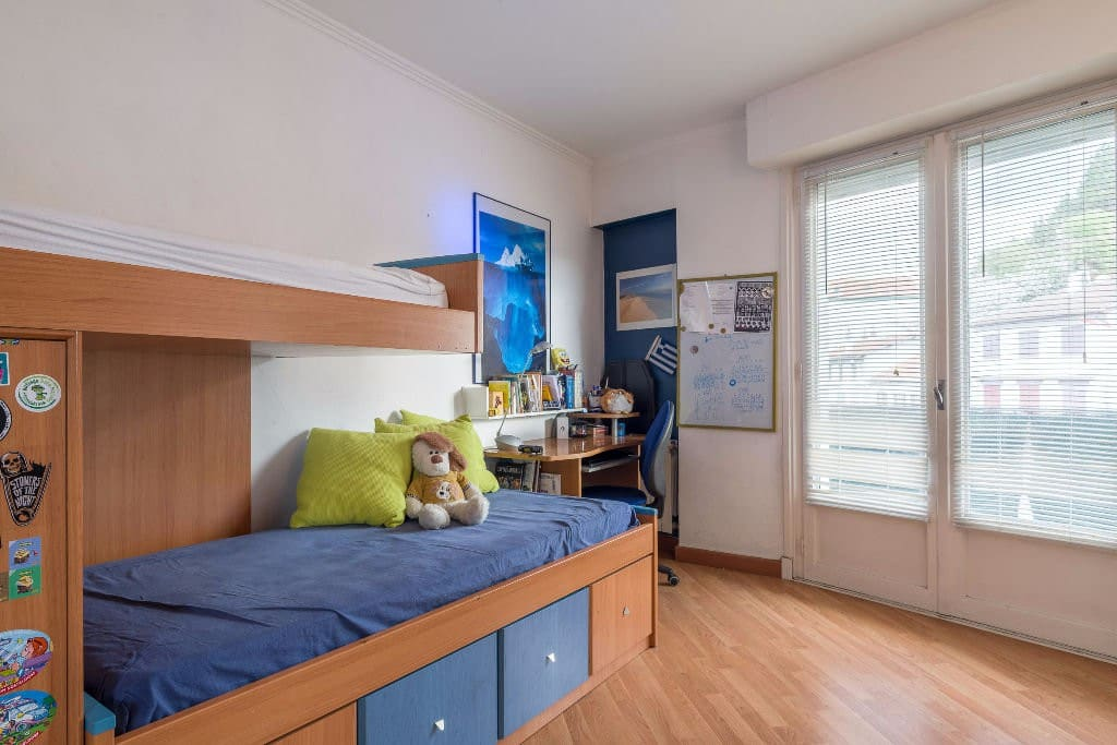 Chambre 2 : deux lits simples. avec bureau. et armoire