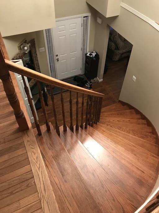 Staircase viewed from second floor / Escalier vu du deuxième étage