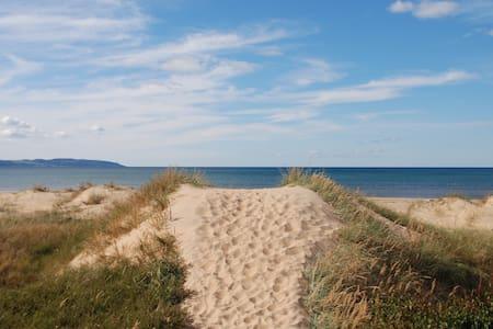 Strandnära stuga med vacker trädgård - Laholm V