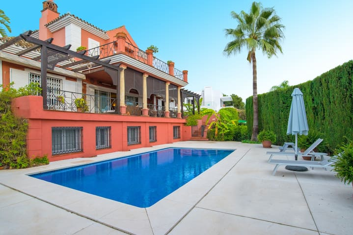 Villa de 5 dormitorios a 2 pasos de Puerto Banus - Marbella - Dom