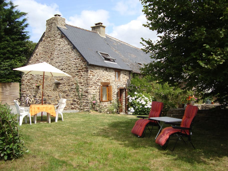 Pretty Garden with Loungers, barbecue,  Table,chairs