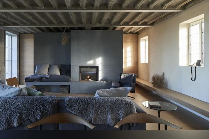 PS1 Sleeps 4, A unique designer beach house, originally a WWC pumping station, situated on the private Dungeness estate