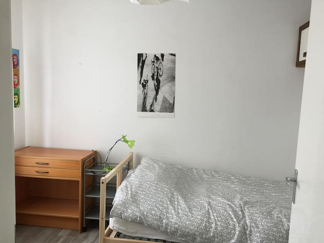 Sunny & quite room in front of the train station - Amersfoort - Appartement