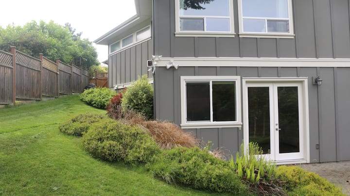 New spacious suite close to UVIC and the beach!