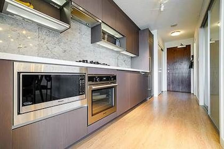 Luxurious Condo with amazing views! Close to train