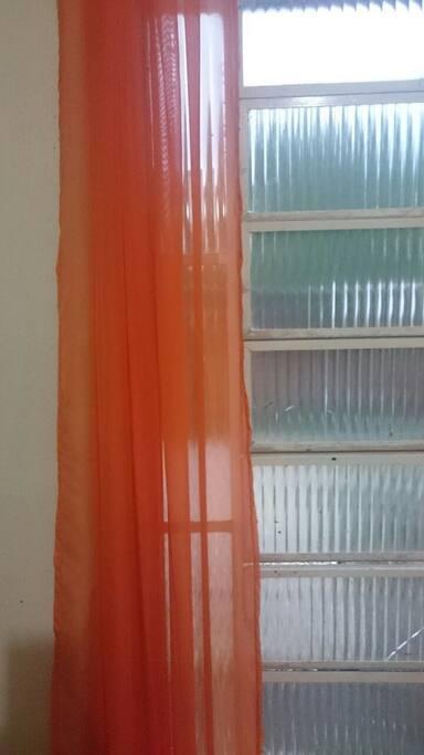 bem ventilado e luminosidade controlado com cortina