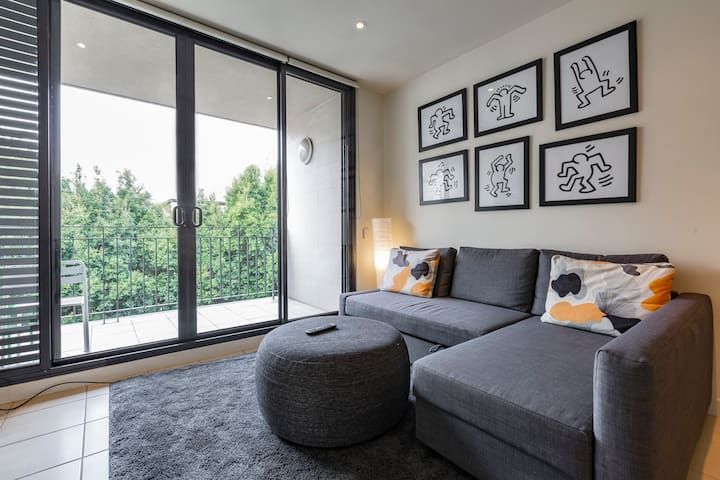 Spacious & Close to CBD & MCG with Free Parking