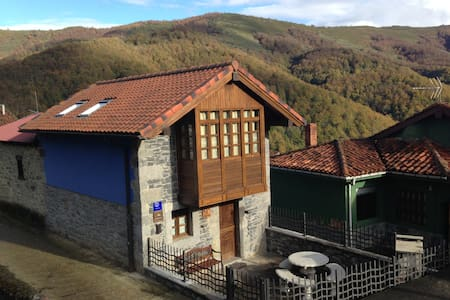 Casa especial de montaña, con galería y terraza. - Fresnedo