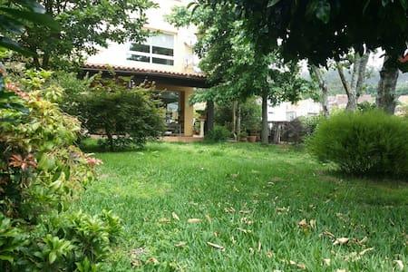 Casa con jardín y vistas al mar - Moaña