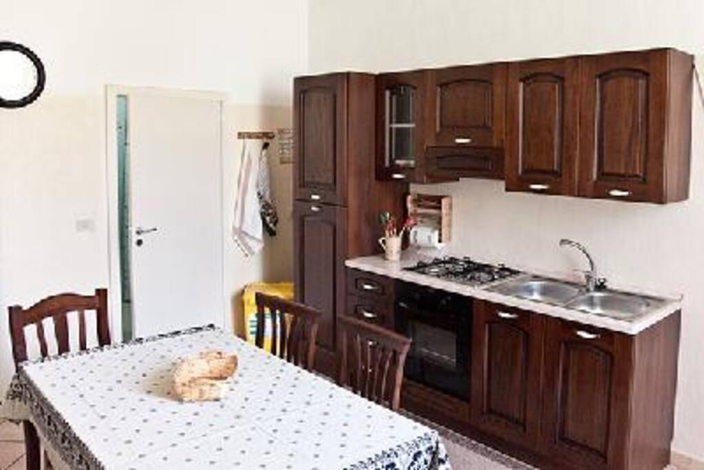 CUCINA con lavello forno e frigo