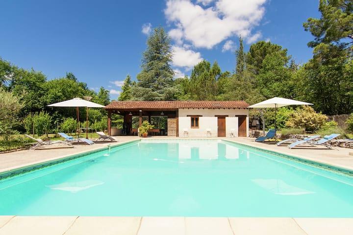 Caratteristico palazzo a Bourgnac con piscina
