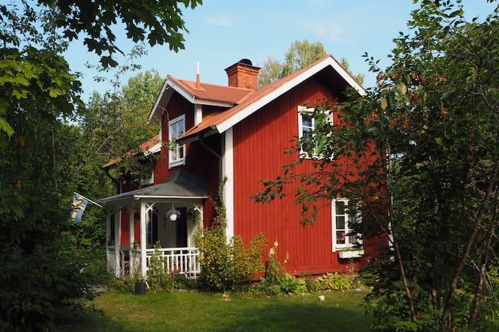 Fint, strandnära 1800-tals torp - Örebro SO - Ev