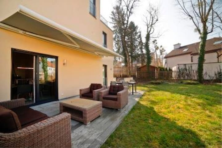 4 floors house with big garden - München - House