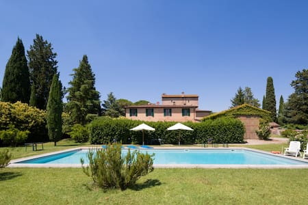 Beautiful villa with a large garden, terrace, pool - Siena - Rumah