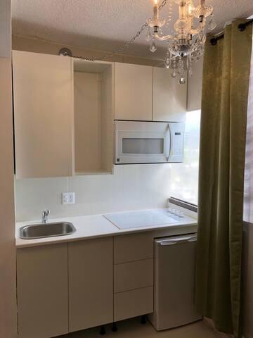 Área de cocina privada equipada con: vajillas, copas, ollas, estufa, nevera, microondas, cafetera, tostadora y mas
